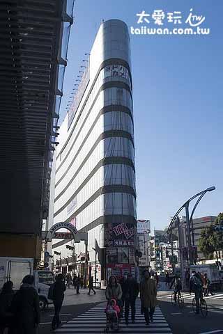 JR上野車站走出來看到對面細細高高的建築就是阿美橫丁了