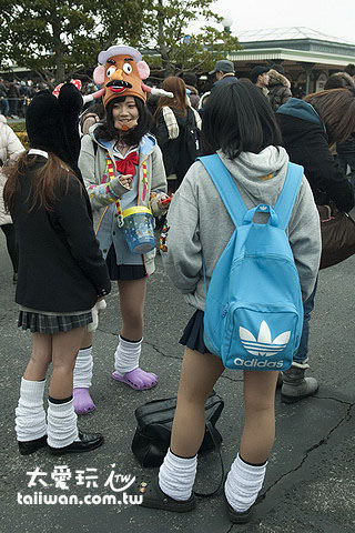 学生身上穿戴着各种迪士尼产品