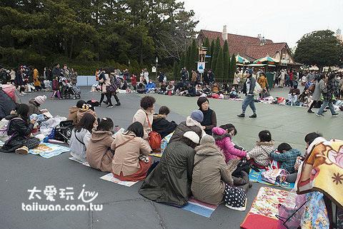 很多日本人在游行开始前一两个小时就已经到现场去佔位置