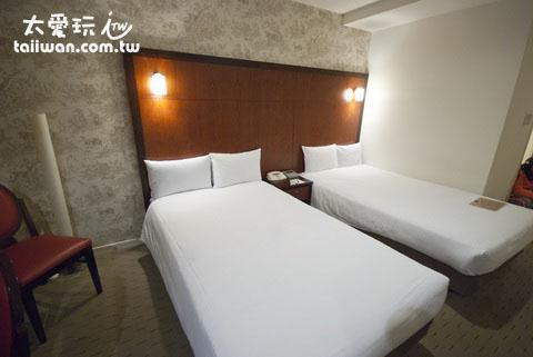 东京银座水星饭店床房的单人床大概有120公分宽,挤两个小孩没问题