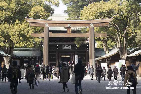 明治神宫第3个鸟居就在神殿前