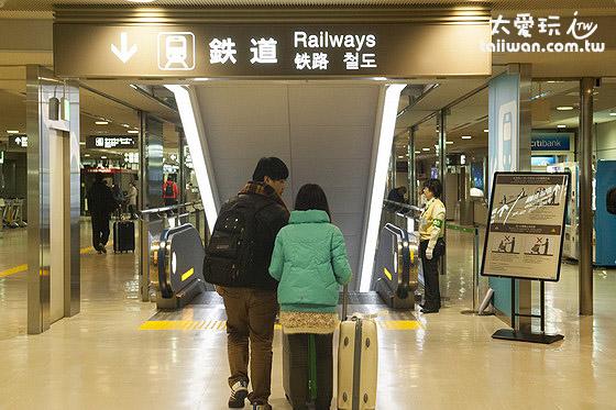 第1、2航厦内依照路标前往地下一楼就可以找到JR东日本与京成电铁两间公司的售票处