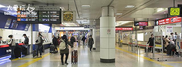 左边蓝色是京成电铁,右边红色是JR东日本