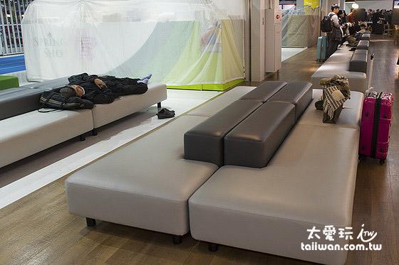 成田機場第三航廈也有舒服的椅子可以躺著睡