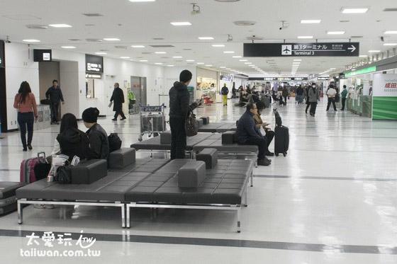 成田機場第2航廈有舒服的椅子可以躺著睡,不過人來人往比較難睡