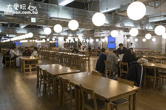 成田机场第3航厦美食街晚上店家不营业但仍然待在那