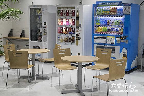 休息区有饮料、零食、冰品贩卖机