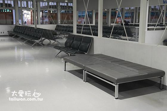 成田機場第2航廈休息區椅子很好睡又安靜
