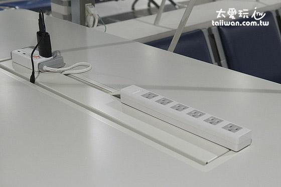 成田机场第2航厦休息区有充电插座