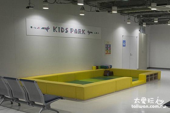 成田机场第2航厦休息区有儿童游戏区