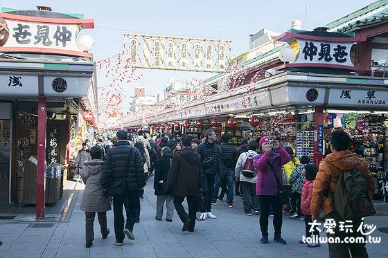 仲見世通聚集了許多商家販賣淺草寺的各種紀念品及美食小吃