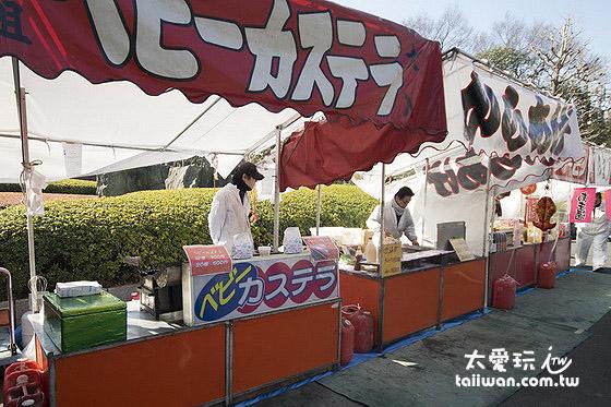 周末假日會有許多小吃攤販在淺草寺內擺攤賣小吃