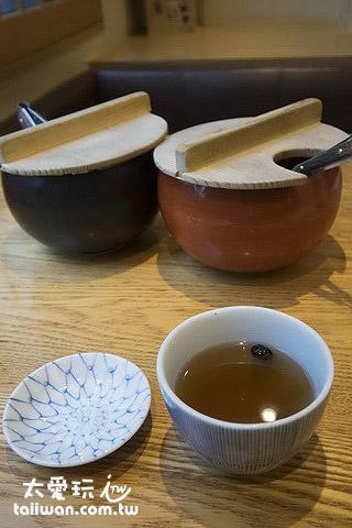 黑豆茶讓你去油解膩,另外還有兩盅醬菜