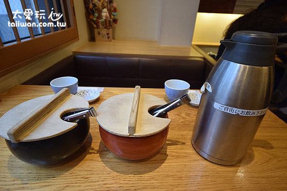 黑豆茶、两盅酱菜
