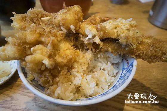 淋了酱汁的饭也是米粒饱满