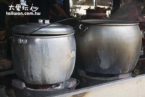 強記肉骨茶用大鍋炭火熬煮肉骨茶