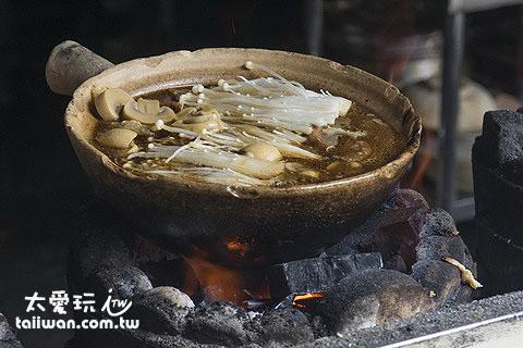 強記肉骨茶用的是砂鍋炭火下去煮