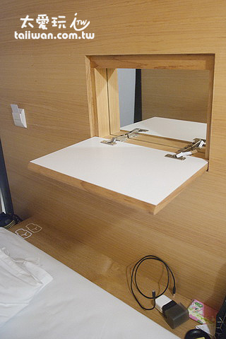 膠囊房間的小桌子