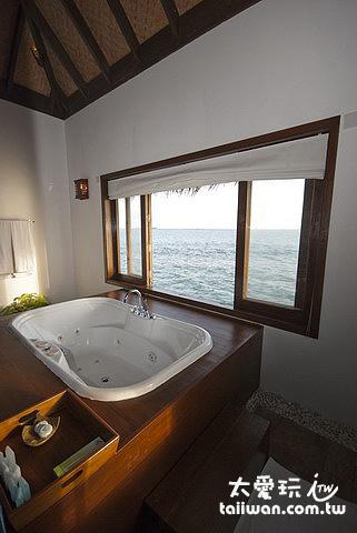 水上別墅Water Villas的大按摩浴缸直接有海景可以看