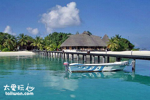 Komandoo Maldives Island Resort櫃臺正對著碼頭