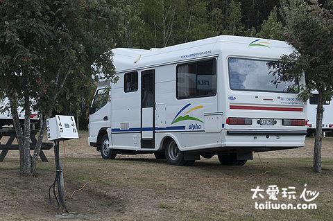 露營車營地包含一個停車位及接電設備