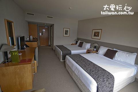 Mercure Queenstown Resort豪華湖景房有兩張大床