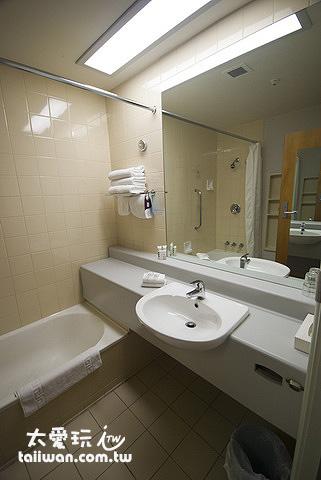 Mercure Queenstown Resort豪華湖景房浴室簡單乾淨