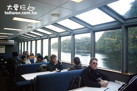 船艙有大片玻璃欣賞美景