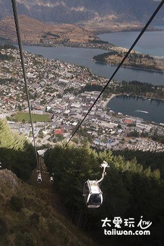 搭纜車上山看湖景