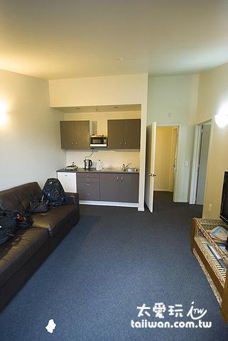 2 Bedroom Apartment房型的客廳與廚房