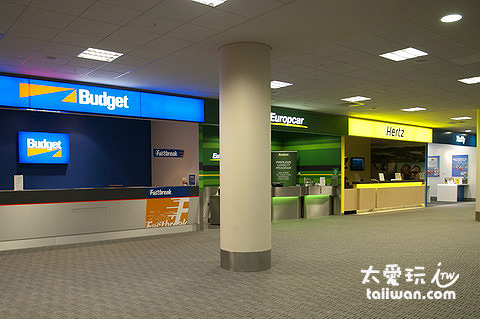 大型的租車公司在機場都有櫃臺