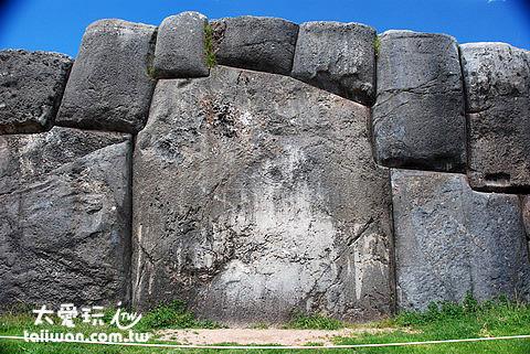 地基中最大塊的石頭,重約 300 噸