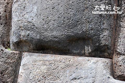 石頭下的凹槽是堆疊地基時,用以將石頭頂上去