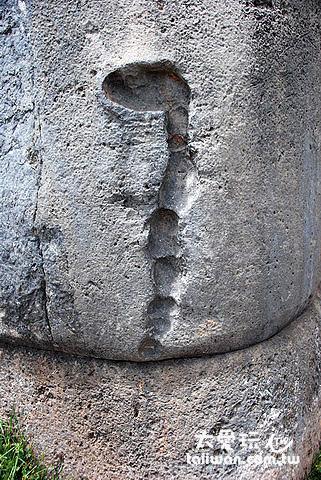 石牆上蛇形凹槽,原本上面鑲有黃金做的蛇,蛇代表地下,也代表祖先,用以緬懷祖先