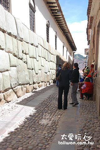 一群觀光客對著一面牆照相