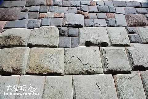 下部是印加人堆的石牆,上部是西班牙人堆的石牆