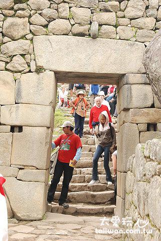 城門外連結通往 Cusco 的印加古道,內側設置石頭拴裝置,用以固定城門
