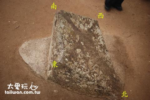 位於主神廟旁有一塊石頭為菱形狀,其四個角分別指向東、西、南、北,其功用為何仍不知