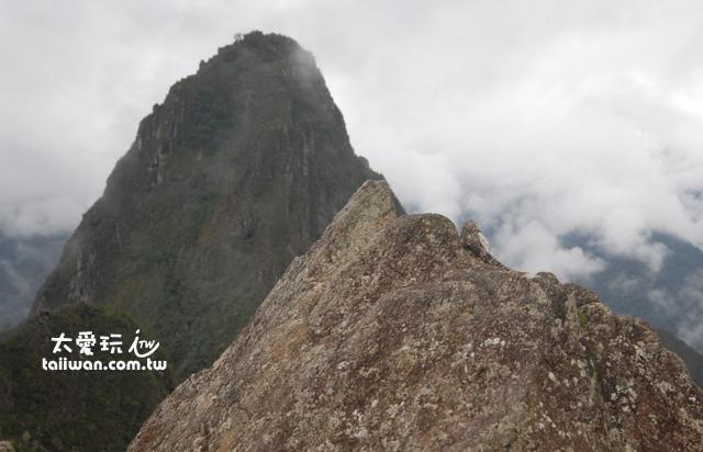 右邊石頭上刻有馬丘比丘縮小模型