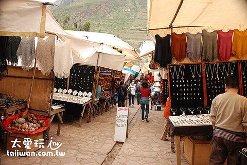 Pisac市集內一堆賣紀念品的攤位