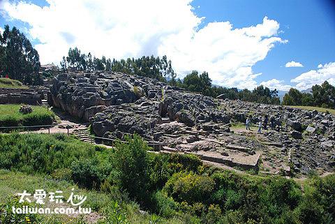 Q'enqo遺跡是一大片自然岩塊所組成