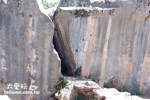 石牆邊的縫隙