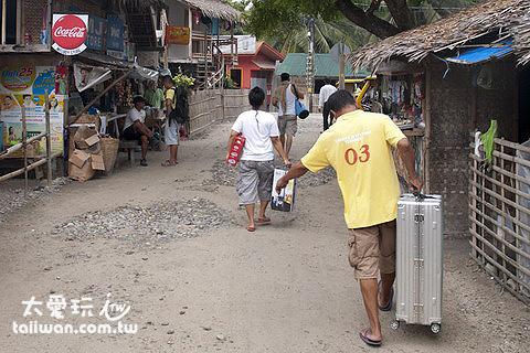 服務人員幫忙拿行李順便帶你去搭車,每件行李給20P小費