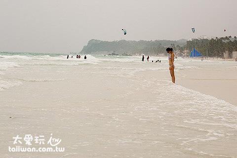西南風的季節白沙灘的浪比較大