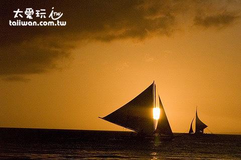 搭風帆船出海看夕陽