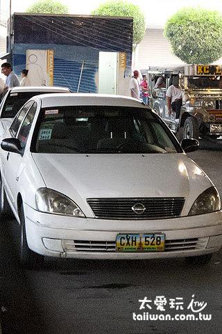 白色搭計程車