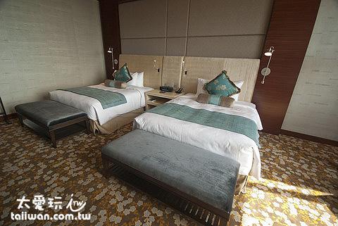 單人床搞得跟雙人床差不多大