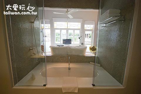大華酒店Aqua Room浴缸就在床頭後