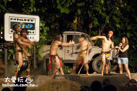 Fire Show是一群穿著土人服裝的表演者