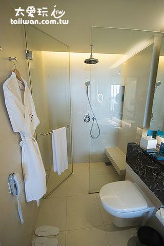淋浴間空間也夠大可以容納2個人在裡面聊天
